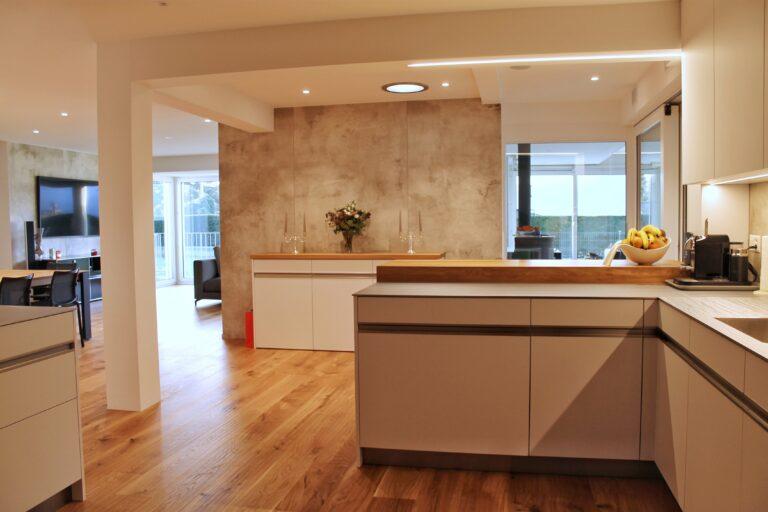 Küche mit Holzboden und Betonwand